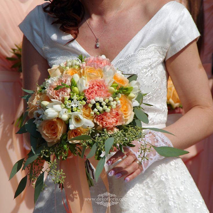 Morelowy bukiet ślubny w stylu boho Zamek Otmuchów - róże i eukaliptus