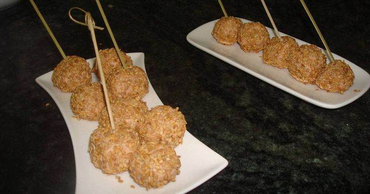 Fabulosa receta para Bolitas de foie con sésamo. Como se me ocurra sacarlos antes de sentarme a la mesa, me quedo sin!