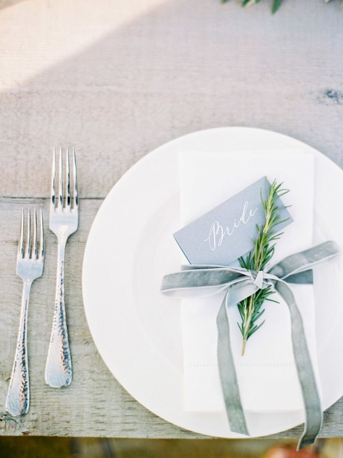 Beachy + minimalist place settings: http://www.stylemepretty.com/2016/03/14/modern-minimalist-rosemary-beach-wedding-in-florida/ | Photography: Lauren Kinsey - http://laurenkinsey.com/