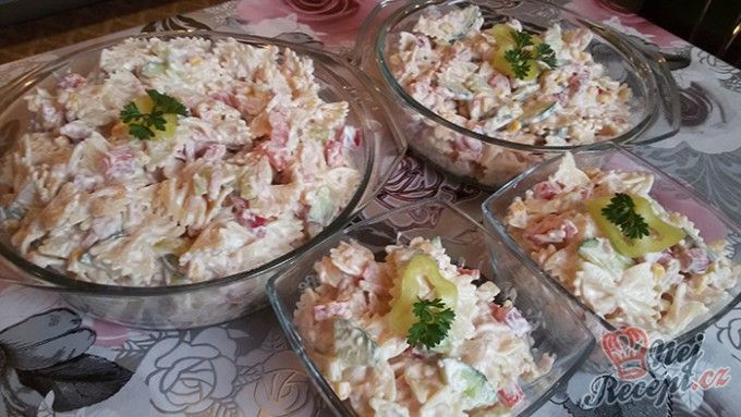 Jednoduchý svěží těstovinový salát(paprika,rajče,okurka,šunka,kukuřice,jogurt,smetana,majonéza)