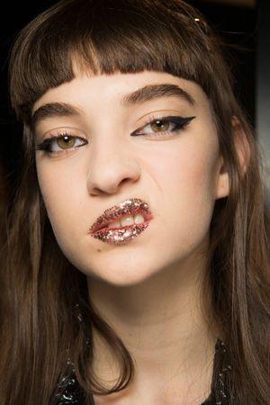 ディズニーキャラに見立てたモデルたちがフェンディのランウェイを闊歩! 唇はグリッター。