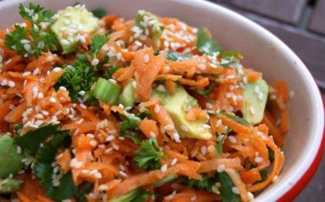 Ένα πιάτο με ολόφρεσκα λαχανικά εποχής: Σαλάτα με αβοκάντο και καρότο