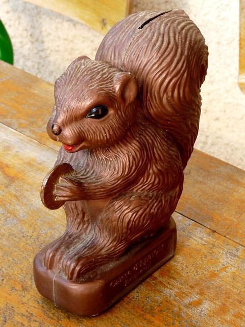 L'écureuil, la tirelire de la caisse d'épargne. Je l'avais!