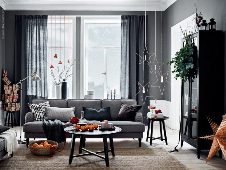 Jul i STOCKSUND! STOCKSUND 3,5-sits soffa Nolhaga gråbeige. KRAGSTA soffbord, LOHALS matta, REGISSÖR vitrinskåp. STRÅLA taklampa metall. I snören från taket STRÅLA LED bordsdekoration.