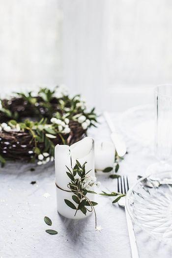 クリスマスのテーブルコーデに欠かせないキャンドルも、グリーンでちょっぴりおめかし。細かいことにこだわらず、ざっくり巻きつける方が絵になります。