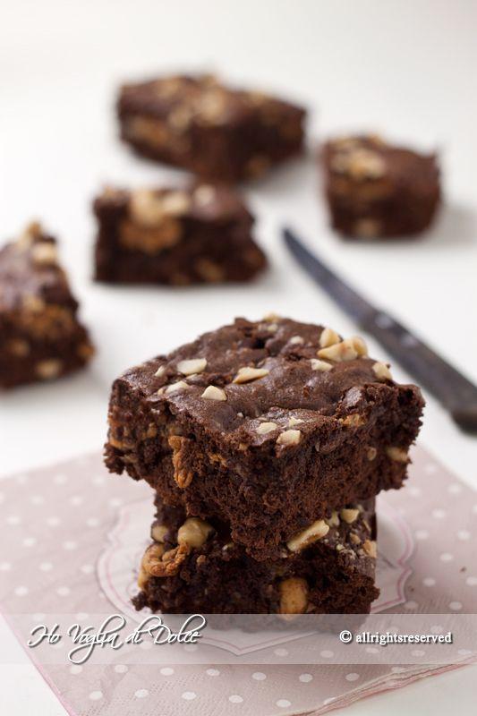 Brownies al cioccolato e caramello mou, ricetta veloce e buonissima. Dolcetti facili con aggiunta di nocciole. Ideali per la colazione e merenda. Facili da portare