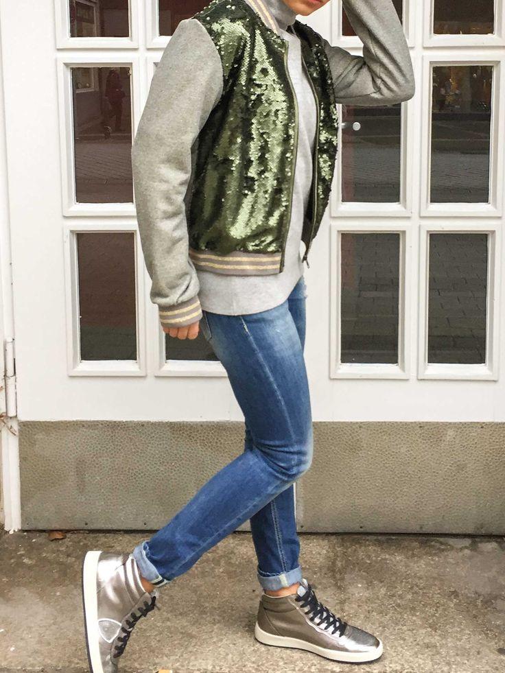 Der Bomberjacken-Trend ist nicht nur absolut cool sondern sorgt mit seinen modischen Prints und frechen Verzierungen garantiert für Spaß und gute Laune. Als perfekter Herbstbegleiter für jeden Tag gehört die Bomberjacke definitiv zu einem der Must-Haves der Saison. #soerenfashion #bomberjacke #kd #pailletten #fashion # addicted #autmn #styles #fashion #shooting
