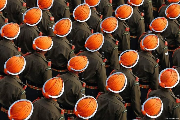 """Excelente imagem, quase parecendo um """"mosaico"""", durante a marcha das forças armadas da Índia. O Exército Indiano conta com 1.300.000 soldados no activo e 2.100.000 na reserva."""