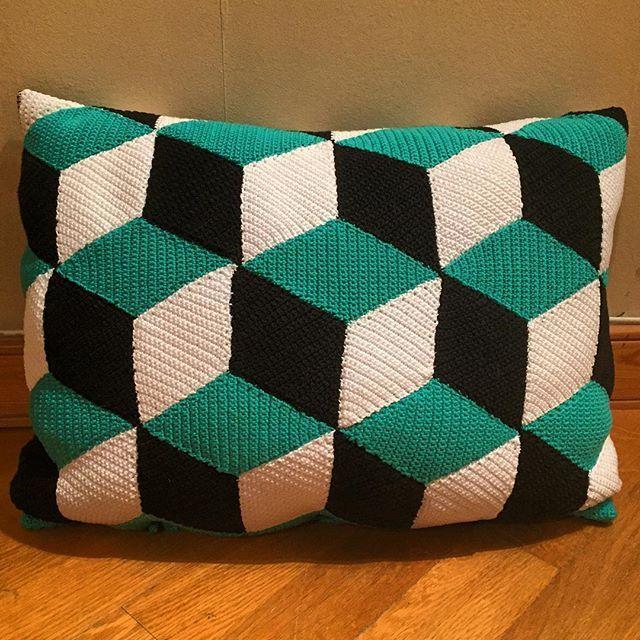 Äntligen! Kudden är KLAR! #virka #virkat #kuddfodral #crochet #pillowcase #timgubb