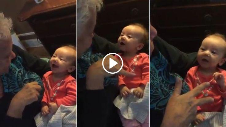 """Pamela McMahon, con sordera cómo intenta enseñar a su nieta Aria, una bebé de tan solo 9 semanas, a decir """"abuela"""" en lenguaje de signos."""
