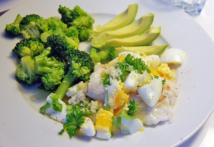Kokt torsk med broccoli, hackat ägg, pepparrot och smält smör LCHF