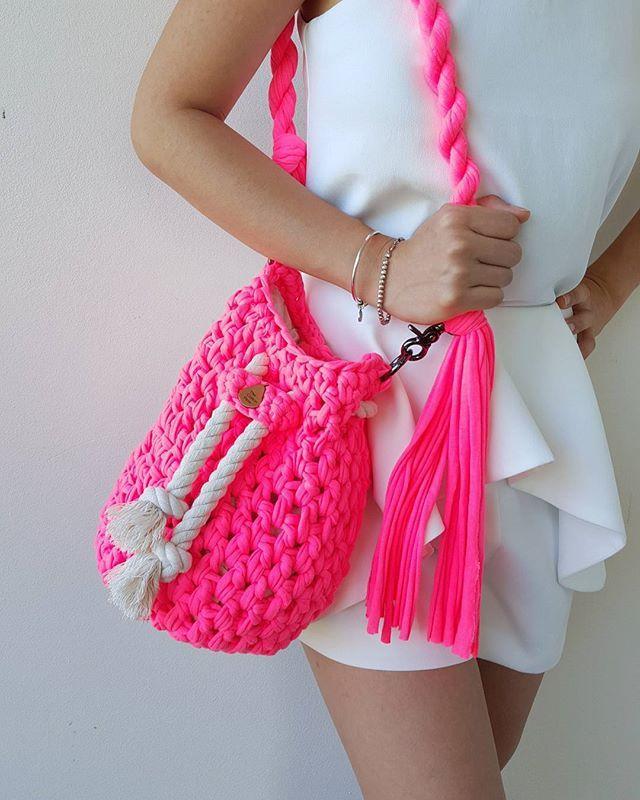 Яркая связанная торба из трикотажной пряжи