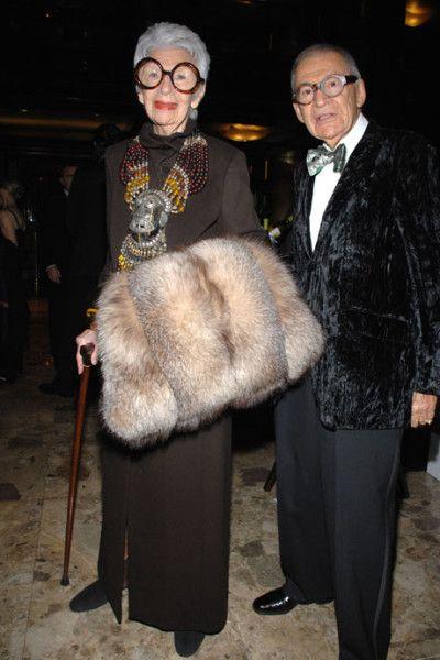 Visite de l'appartement d'une grande dame de la mode : Iris Apfel Célèbre pour son excentricité, Iris Apfel est une icône de la mode aux États-Unis. Femme d'affaires, décoratrice, créatrice de textiles... elle travailla pour neuf présidents américains...