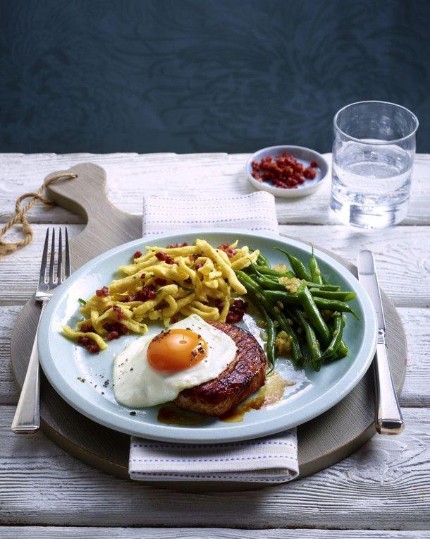 Unser beliebtes Rezept für Kotelett mit Spiegelei zu Bohnen-Spätzle und mehr als 55.000 weitere kostenlose Rezepte auf LECKER.de.