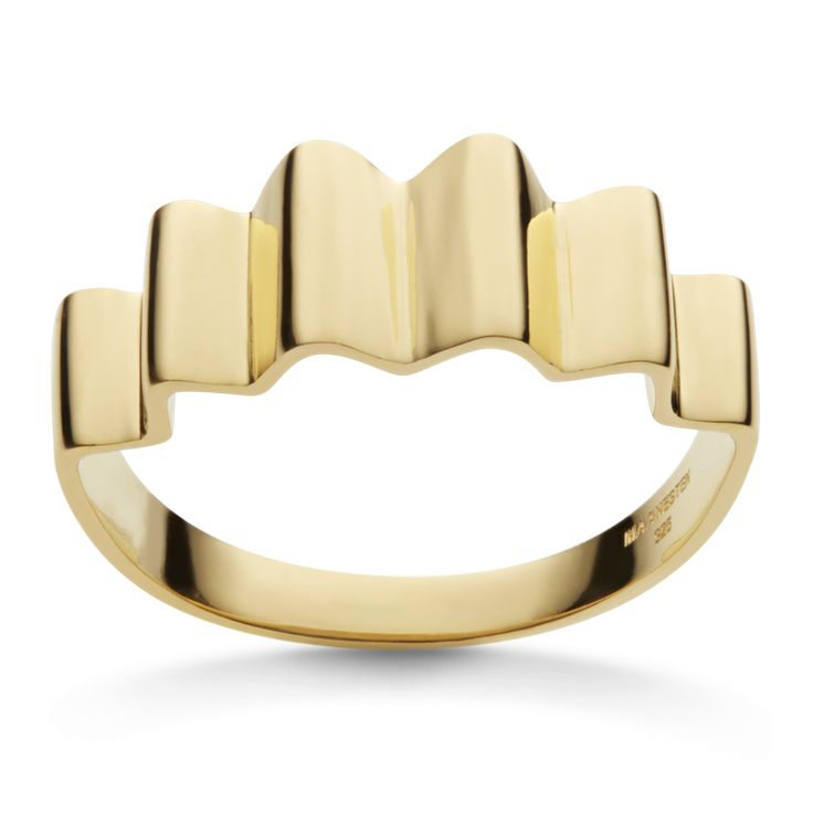 Som bølgernes tusinder af små krusninger er vores surf ring inspireret af havets utrolige liv, med fine små bølger er det en super flot og enkel ring. Kombiner din med andre styles fra samme kollektion. Sterling sølv(925), forgyldt med 18 karat guld, blank poleret finish. Varenummer: 4309 a.