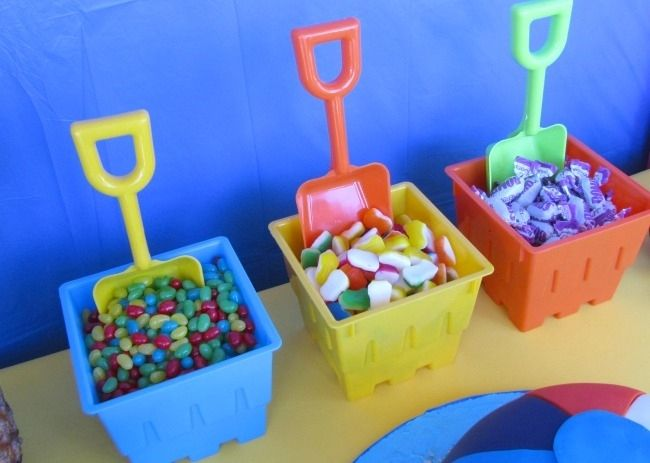 Sirve los caramelos de tu fiesta playa en cubos de playa! / Serve your beach party candy in beach buckets!