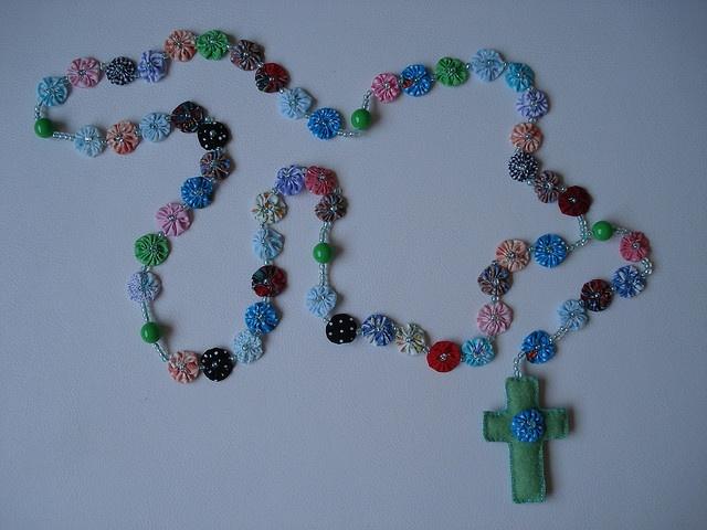 Terço em fuxico e cruz de feltro by Mania de Arte, via Flickr