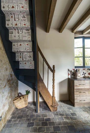 L'escalier de la maison a été personnalisé avec du papier peint - Plus de photos sur Côté Maison http://petitlien.fr/79u0