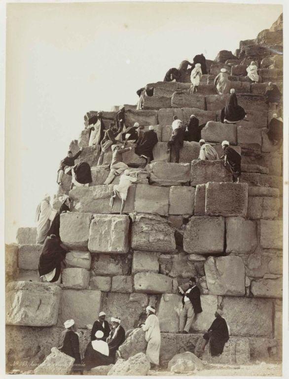 Henri Béchard, Beklimming van de grote piramide, ca. 1860-1880 (Collectie Rijksmuseum, Amsterdam, inv.no. RP-F-F80372-A);