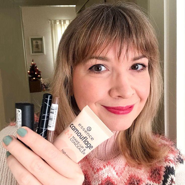 Πλησιάζει η ώρα που θα κάνεις εμφάνιση στο ρεβεγιόν! Σου έχω το τέλειο δώρο για άψογο, λαμπερό μακιγιάζ αυτές τις γιορτές 😉 Φέτος ανακάλυψα τα προϊόντα της Essence Cosmetics και τα ερωτεύτηκα από την πρώτη δοκιμή! Το μακιγιάζ μου στην παραπάνω φωτογραφία είναι όλο essence cosmetics!  Το μακιγιάζ του ρεβεγιόν Καταρχάς, φτιάχνουμε άψογο δέρμα με το 2in1 camouflage makeup & concealer της essence. Έτσι δεν χρειάζεται το επιπλέον βήμα του concealer για τις μικρές ατέλειες που μας ταλαιπωρού...