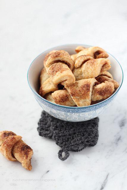 Rugelach alla Cannella #Ingredienti (16 biscotti): Impasto (ingredienti a temperatura ambiente) 160 g di formaggio spalmabile 160 g di burro 160 g di farina sale Farcitura  2 cucchiai di zucchero di canna 2 cucchiaini abbondante di cannella 40 g di burro