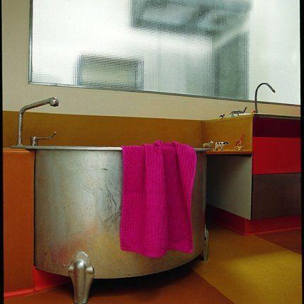 salle de bain avec abreuvoir pour baignoire couleurs chaudes en bandes et serviette rose par sigolne - Salle De Bain Baignoire Rose