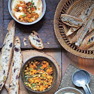 Die Vorspeise mit Raclette-Käse und einer Kürbis-Salsa ist genial. Ein Rezept für entspannte Gastgeberinnen aus dem neuesten Kochbuch von Alice Hart.