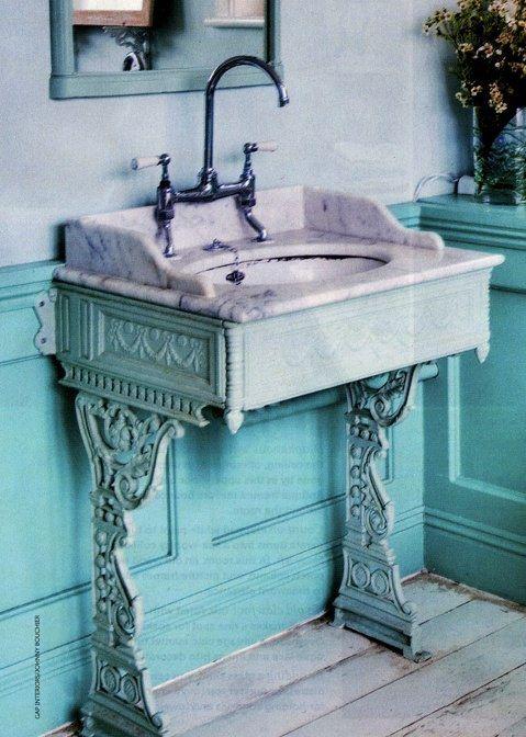 Γγρ│ Pieds en fonte, col cygne pour la robinetterie et marbre blanc font le charme de ce lavabo recomposé.- Another use for an antique sewing machine base
