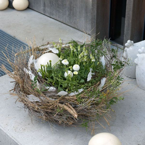 Osterdeko: Osternest mit Frühlingsblumen in Weiß. Something like this would be great for spring.