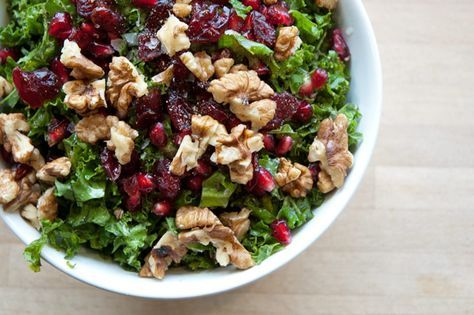 Grønkålssalat er velsmagende og dejlig sund, denne variation med frisk sprød grønkål er med granatæble og valnøddekerner - Opskrift og billeder