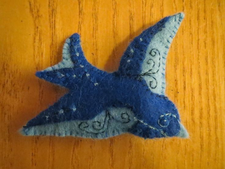 Howling at the moon: Felt Swallow Brooch