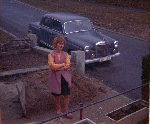 Chic in Vallendar: Kittelschürze und der Ponton. Der W120/W 121 war der erste Pkw von Mercedes-Benz mit einer selbsttragenden Karosserie.  Bild: Roland Steffen