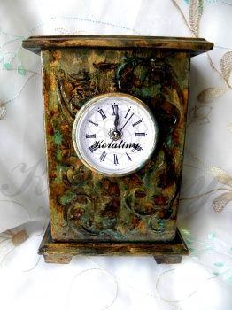 Zegar w ocieniach brązu i zieleni