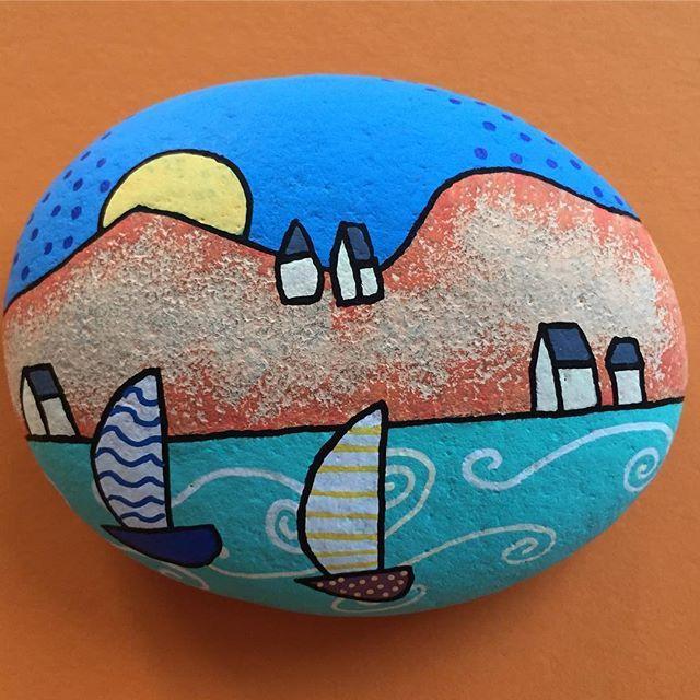 Landskab med hav rent fantasi #Sten #Stone #Landskab #Hav #Både #Mintid #Minesten #Hygge #Maletsten #Pynt #Paintedrock #Fantasi #Fantasy #Sol #Malpåsten #Paintedstone