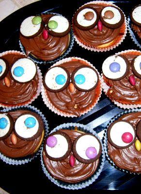Owls cupcakes made with vanilla cupcakes and chocolate frosting. Cupcakes a gufo fatti con cupcakes alla vaniglia e glassa alla cioccolata.