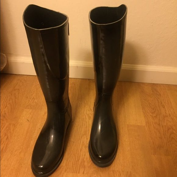 Designer rain boots (Dav) Great condition with minor signs of wear. These boots are super cute and really resemble riding boots with their slim style. They run a bit large. They're very comfortable and have a snap on the back. Great quality Shoes Winter & Rain Boots