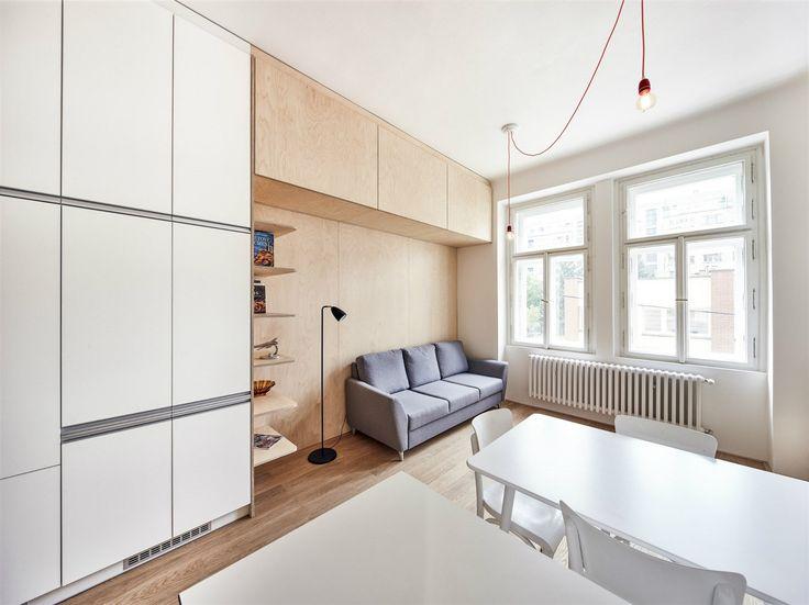Díky snaze o funkční a jednoduchý prostor se architektům podařilo vytvořit nečekaně komfortní místo k bydlení, atmosférou připomínající až dvojnásobné činžovní byty z předminulého století. Majitelé mají z nového bytu radost.