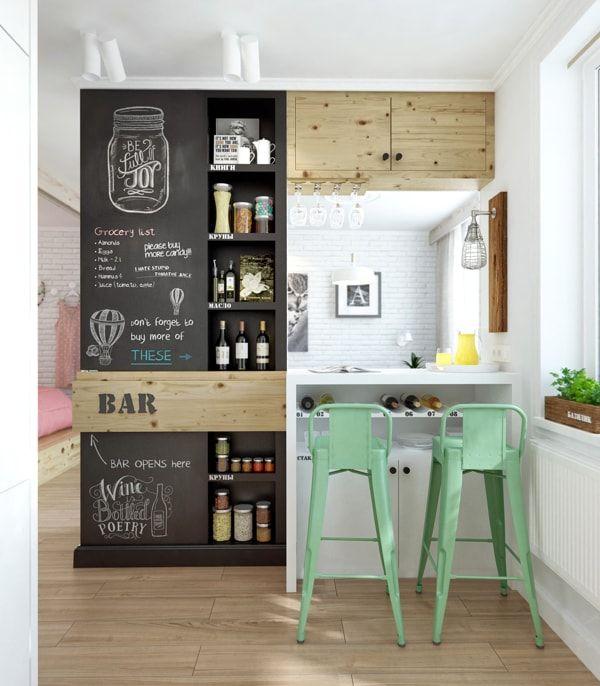 Cocina con barra y pared con pintura pizarra