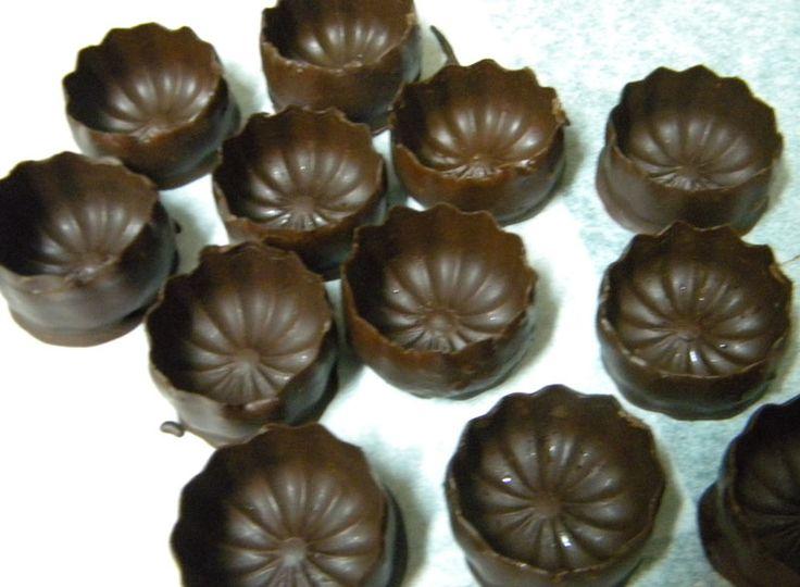 Mini coupelles réalisées en trempant le fond d'un moule à cannelé en cuivre, dans le chocolat.