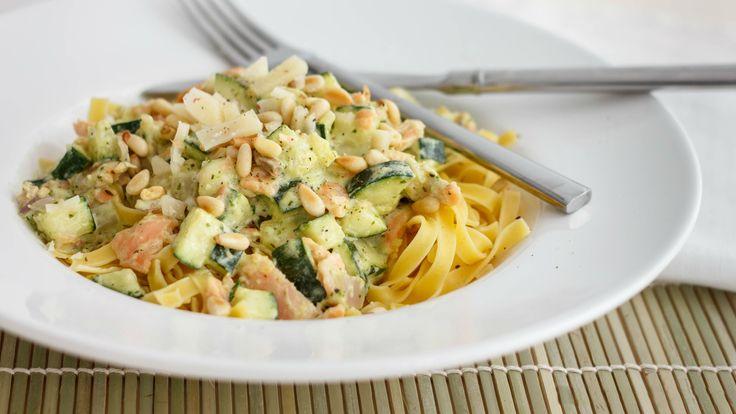 Een heerlijk gerecht dat zelfs voor de meest veeleisende diners als een echte overwinning zal gelden. Pasta (Spaghetti of Tagliatelle) met pesto, courgette en zalm. Met de frisse smaak van courgette en een romige Crème fraîche met pesto is dit gerecht zowel geschikt voor een gezellige familiedag...