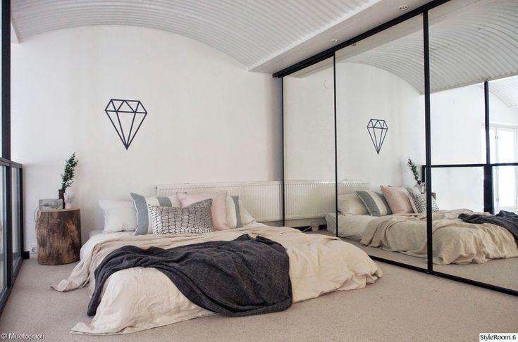 pölkky,parvi,makuuhuone,sänky,lakanat,petaus,koristetyynyt,peilikaappi,block,seinäkoriste,vaaleat sävyt,avara,valoisa,moderni,timantti,sisustustarra