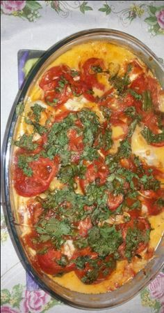 5 files de tilapia - 1 batata cortadas em rodelas e semi cozidas - 3 cebolas cortadas em rodelas - 2 tomates cortados em rodelas - Azeitonas o quanto vc quiser - Sal, pimenta, limao - 2 dentes de alho amassados e espremidos - 1 vidro (lata) de leite de coco - 1/2 lata de molho de tomate - 1/2 xicara de salsinha picada -