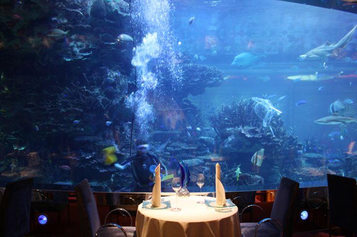 Annorlunda fönstertvätt i Burj Al Arabs berömda restaurang Al Mahara.