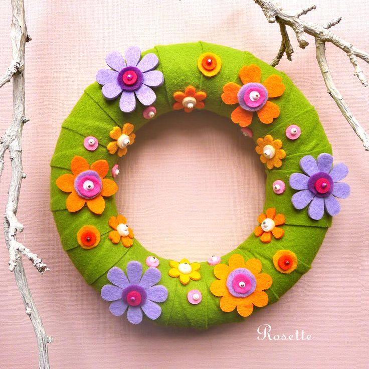 V barvách jarní zahrady - věneček Dekorační věneček potažený světle zeleným filcem a zdobený pestrými květy vytvořenými z barevných filců a korálků. Je opatřený poutkem, takže je možné ho zavěsit, nebo volně položit. Velikost: průměr 19 cm, výška 4,5 cm.
