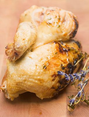 Egy gyors pác, néhány finom csirkecomb, és hamarosan kész a tökéletes vacsora, akár hétköznap estére.