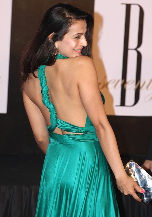 http://myvantagepoint.in/150-photos-gallery-of-bollywood-tollywood-sexiest-backless-beauties-hot-as-hell-do-not-miss-it-at-any-cost-biggest-backshow-ever/amisha_patel_showing_back-vp/