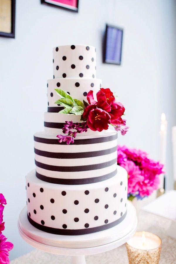 Listras e bolinhas formam uma composição linda nesse bolo. moncheribridals.com