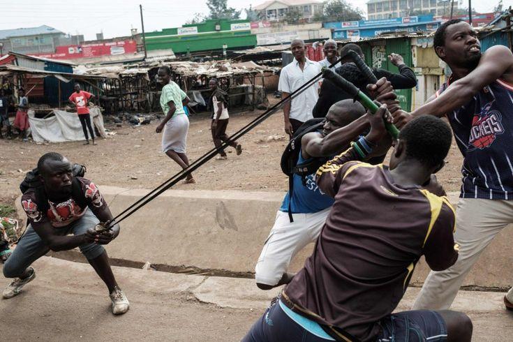 Un grupo de manifestantes durante una protesta en la que se exige la destitución de funcionarios del cuerpo de supervisión nacional de las elecciones, Interim Elections and Boundaries Commission (IEBC), alegando su implicación en la manipulación de votos en las elecciones presidenciales de agosto, en Kisumu (Kenia).