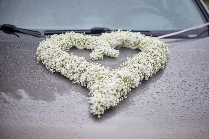 Ein Herz aus Schleierkraut für das Auto am Tag der Hochzeit  #Brautauto #Schleierkraut #Hochzeit #Wedding