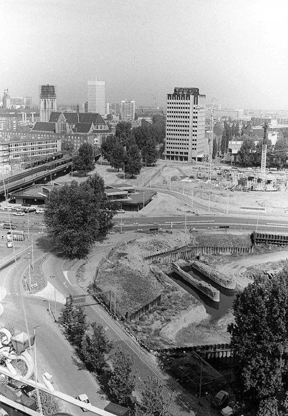 Gezien vanaf het Witte Huis rond 1980. De bouw van de bibliotheek is in 1977 begonnen en in 1983 geëindigd. Geien het stadium van de bouw zal dit 1978 zijn.